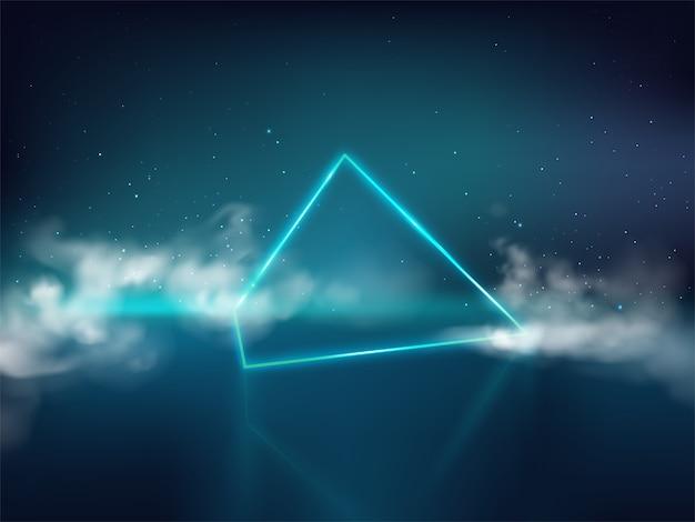 Blauwe laserpiramide of prisma op weerspiegelende oppervlakte en sterrige achtergrond met rook of mist Gratis Vector