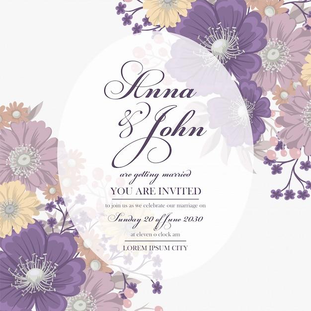 Bloemen bruiloft kaartsjabloon met paarse bloem Gratis Vector