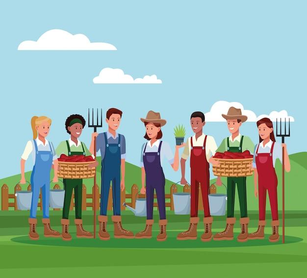Boeren die in boerderijbeeldverhalen werken Gratis Vector