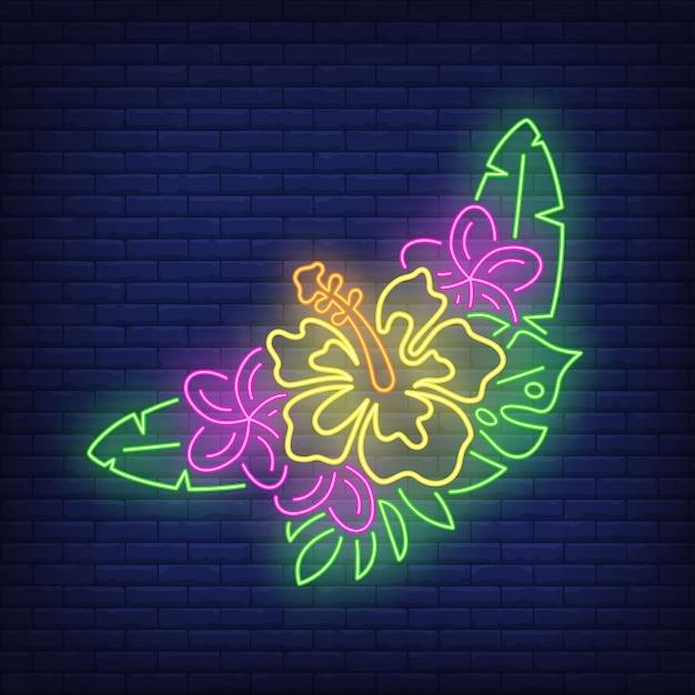 Bos van tropische bloemen neon teken. roze en gele hibiscuses met groene bladeren. Gratis Vector