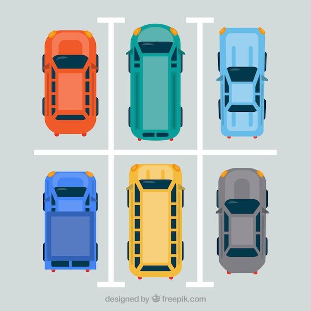 Bovenaanzicht van vlakke auto's op parkeerplaats Gratis Vector