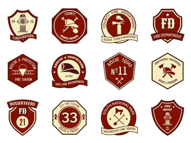 Brandweer logo en badges ingesteld. symboolbescherming, schildembleem, bijl en brandweerman, brandkraan en helm. Gratis Vector