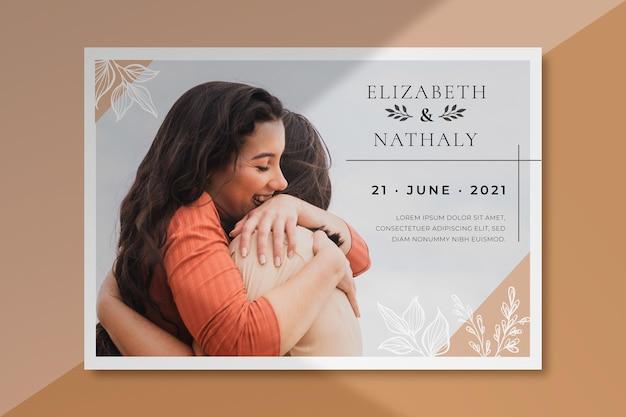 Bruiloft uitnodiging sjabloon met foto van paar knuffelen Gratis Vector