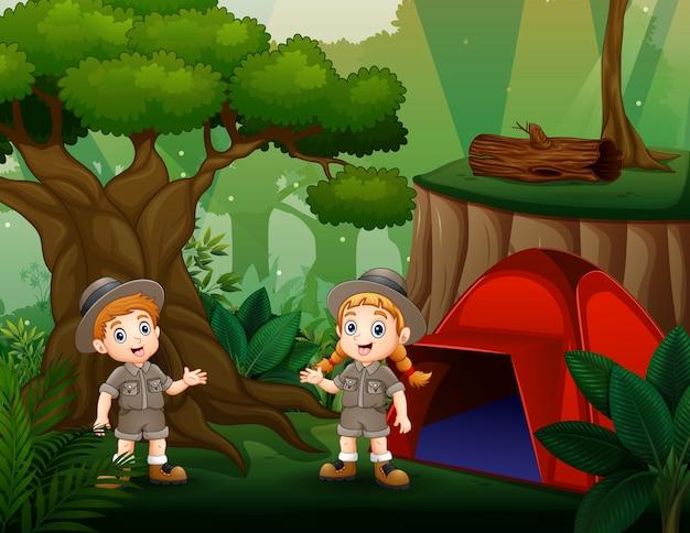 Buiten kamperen met twee scoutkinderen Premium Vector
