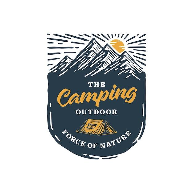 Buiten kamperen met vintage logo op badge mountain. Premium Vector