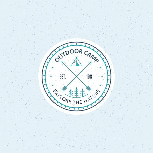 Buitenkamp badge. zwart-wit lijn illustratie. trekking, camping embleem. Premium Vector