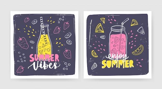 Bundel van vierkante kaartsjablonen met smoothies, sappen of cocktails in fles en pot met stro en belettering. zomer verfrissende drankjes met fruit en bessen. seizoensgebonden illustratie. Premium Vector