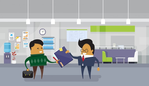 Business man baas geven aan aziatische werknemer werknemer map Premium Vector