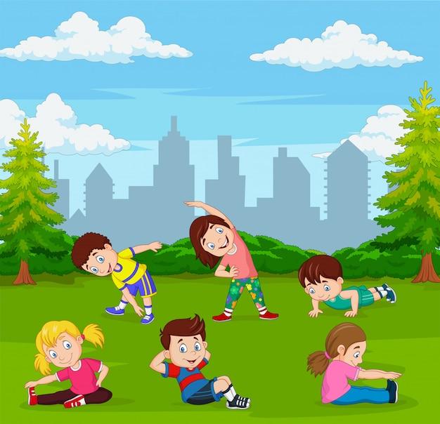 Cartoon kinderen doen yoga in groene stadspark Premium Vector