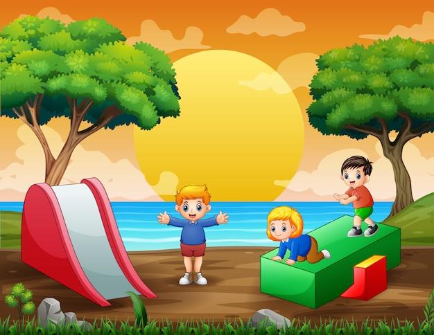 Cartoon kinderen plezier op speelplaats Premium Vector
