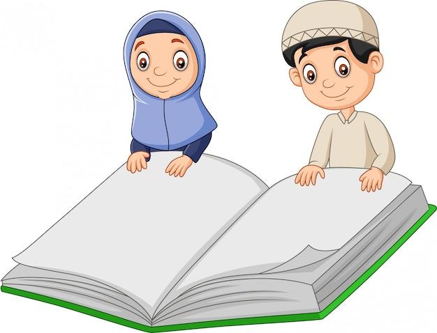 Cartoon moslimjongens met een gigantisch boek Premium Vector