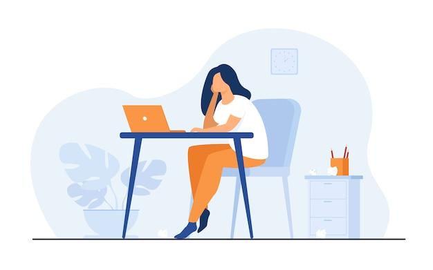 Cartoon uitgeput vrouw zitten en tafel en werken Gratis Vector