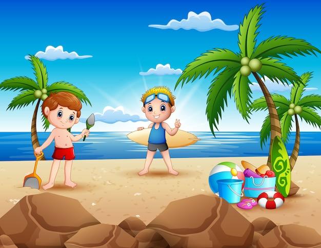 Cartoon van twee jongen spelen op het strand Premium Vector