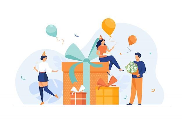 Cartoon vrienden vieren verjaardag met ballonnen en geschenken Gratis Vector