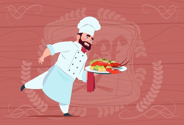 Chef-kok cook holding tray with lobster lachende cartoon chief in white restaurant uniform over houten gestructureerde achtergrond Premium Vector