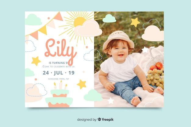 Childrens verjaardag uitnodiging sjabloon met foto Gratis Vector