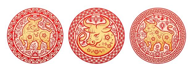 Chinees nieuwjaar 2021 wenskaart, gouden metalen os sterrenbeeld omringd door bloemen. pioenrozen arrangement in cirkel rond stier oosters gehoornd dier, decoratieve papercut decoraties set Premium Vector