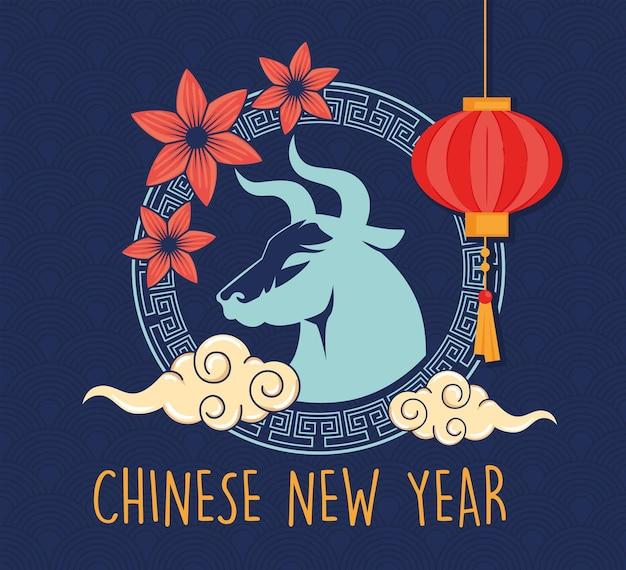 Chinese nieuwjaarskaart met os en bloemen en lamp hangen Premium Vector