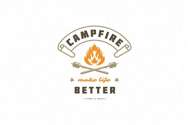 Citaat typografie zeggen met de hand getekende kampvuur symbool en marshmallows stokken Premium Vector