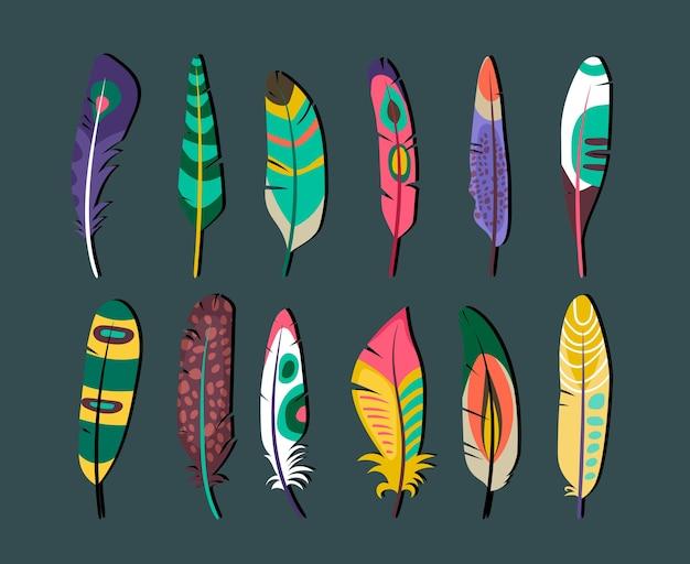 Close-up aantrekkelijke gekleurde veren pictogrammenset ontwerpen op grijze achtergrond. Gratis Vector