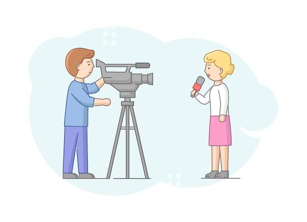 Concept van rapportage en interview. vrouw verslaggever brekend nieuws naar camera zeggen. nieuws presentator en cameramannen of videograaf met camera maakt reportage. lineaire omtrek platte vectorillustratie. Premium Vector