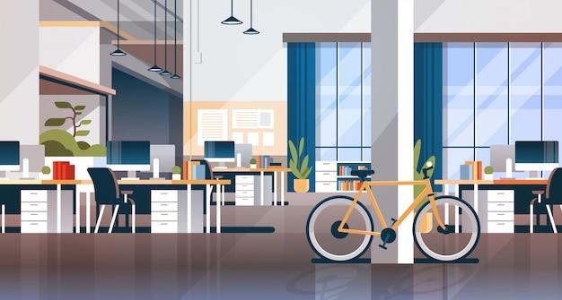 Creatief kantoor coworking center kamer interieur moderne werkplek bureau horizontaal plat Premium Vector