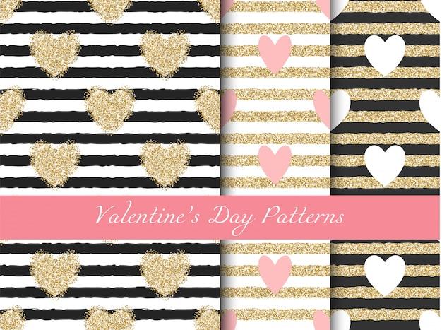 De dag gouden gestreepte die patronen van de valentijnskaart met harten worden geplaatst Premium Vector