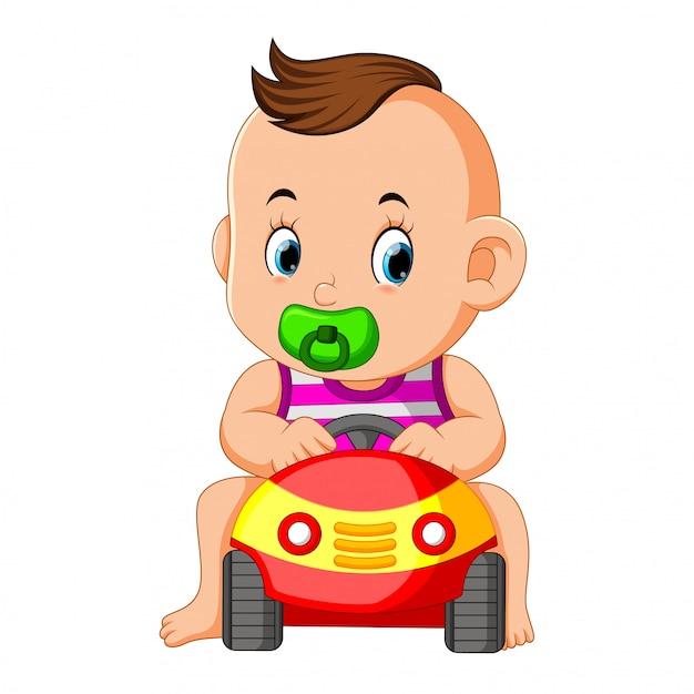 De grappige baby gelukkig spel met autostuk speelgoed Premium Vector