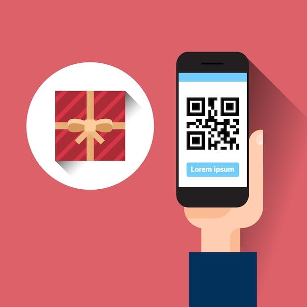 De greep slimme telefoon van de hand scannende qr code met het bericht van de giftdoos het winkelen verkoopconcept Premium Vector