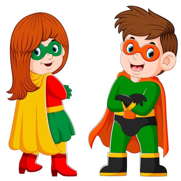 De jongen en het meisje gebruiken het kostuum van de superhelden en het masker Premium Vector