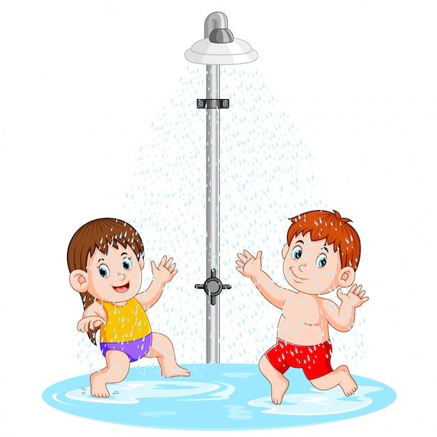 De kinderen spelen onder de douche Premium Vector