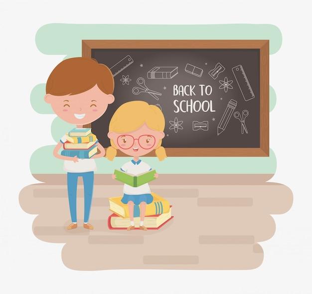 De kleine studenten koppelen met schoolbord en schoollevering Gratis Vector