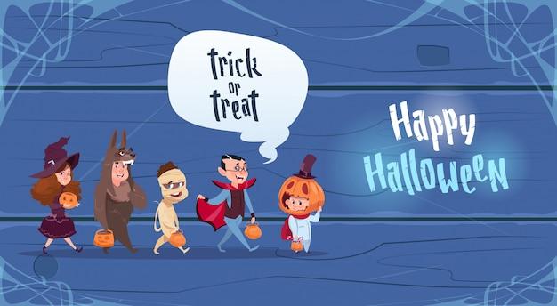 De leuke jonge geitjes dragen monsterskostuum, het gelukkige halloween-concept van de partijviering Premium Vector