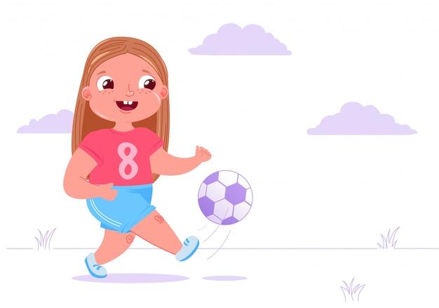 De leuke speelvoetbal van het babymeisje buiten op gras met een voetbalbal. Gratis Vector