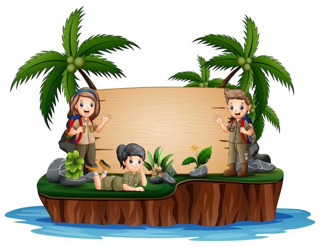 De ontdekkingsreizigerjongen en het meisje op eiland Premium Vector