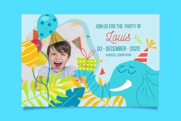 De sjabloon van de de verjaardagsuitnodiging van de jongen met foto Gratis Vector
