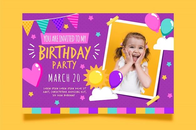 De verjaardagskaartuitnodiging van kinderen met foto Gratis Vector