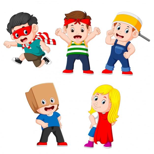 De verzameling van de kinderen die zich voordoen als de superhelden Premium Vector