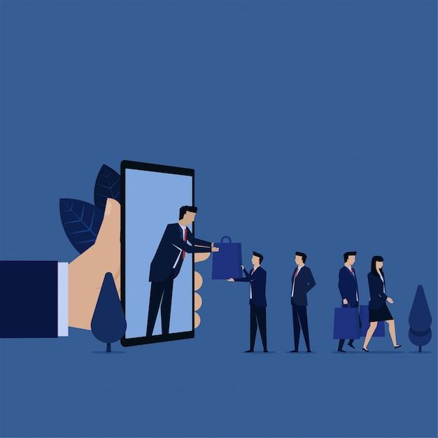 De zakenman krijgt zakwinkel op telefoonmetafoor van online het winkelen. Premium Vector