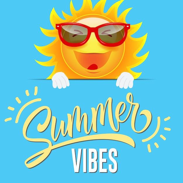 De zomer vibes-groetkaart met blije beeldverhaalzon in zonnebril op sluwe blauwe achtergrond. Gratis Vector