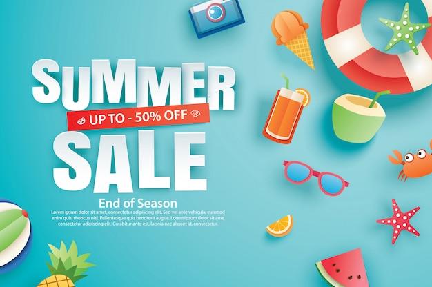 De zomerverkoop met decoratieorigami op blauwe hemelachtergrond Premium Vector