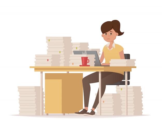 Deadlines op het werk. vermoeide vrouw aan haar bureau met veel documenten. Premium Vector
