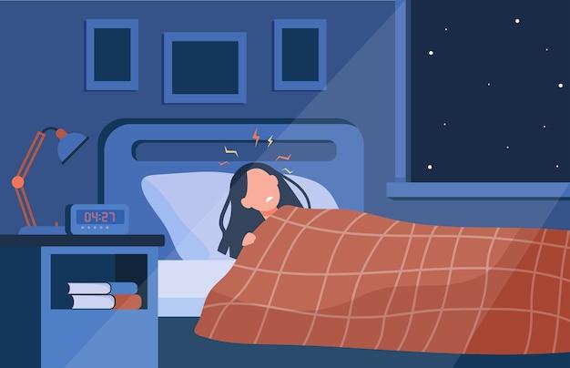 Depressieve slapeloze vrouw die 's nachts in bed ligt. persoon die lijdt aan slaapstoornis, slapeloosheid of koorts Gratis Vector