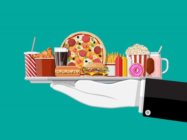 Dienblad met fastfood in hand van ober. Premium Vector