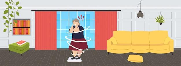 Dikke vrouw met overgewicht weegschalen ongezonde levensstijl zwaarlijvigheid gewichtscontrole concept zwaarlijvig meisje met uitroeptekens moderne woonkamer interieur volledige lengte horizontaal Premium Vector