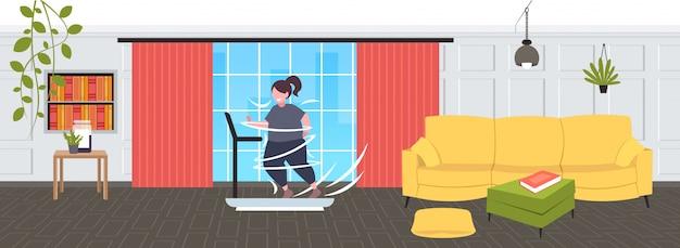 Dikke zwaarlijvige vrouw draait op loopband oversized vet meisje cardiotraining gewichtsverlies concept moderne woonkamer interieur volledige lengte horizontaal Premium Vector