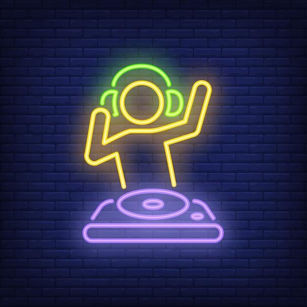 Disk-jokey met dj-mixer-neonteken Gratis Vector