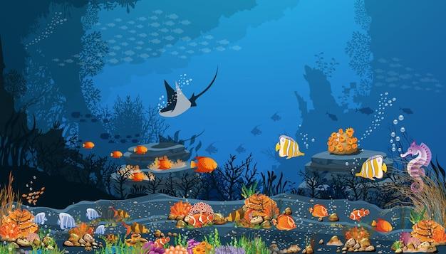 Donkere overzeese achtergrond met vissen en koraalriffen op zwart zand. Premium Vector
