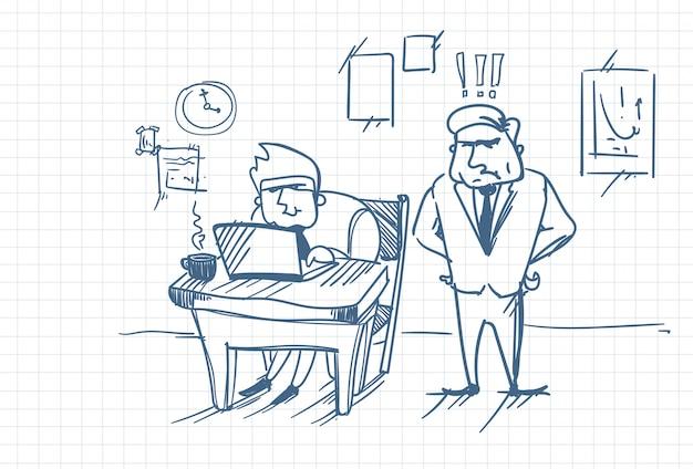 Doodle angry business man boss standing at worker met behulp van laptopcomputer op kantoor werkplek Premium Vector