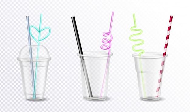 Drie lege wegwerp plastic glazen met ongebruikelijke kleurrijke rietjes set geïsoleerd op transparante achtergrond realistische afbeelding Gratis Vector